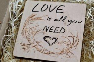 Ночник с надписью Love is all you need - Опис