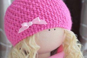 Кукла текстильная, интерьерная, в шапке - Опис