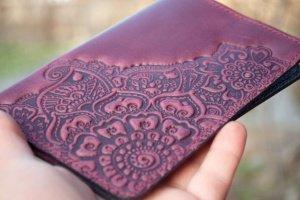 Обложка на паспорт кожаная женская с орнаментом фиолетовая - Опис