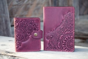 Візитниця шкіряна жіноча фіолетова з візерунком - Опис