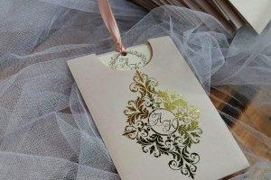 Работа запрошення з покриттям золотом
