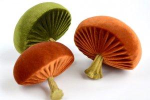 Робота Грибочек декоративный (оранжевый/зеленая трава)