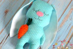 Зайка - сплюшка с морковкой - Опис