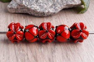 Робота Бусины «Цветы красные на черном»