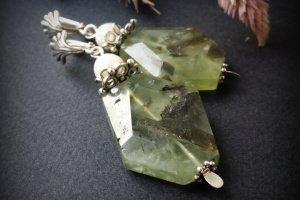 ЗеленІ сержки з преніту срібла на перлів - Опис