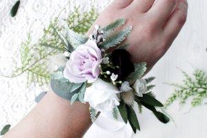 Робота Повязка на руку з розами в біло-фіолетовому кольорі.