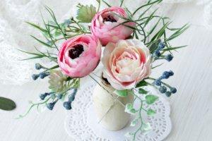 Робота    Гребінець з квітами в кремово-розовому кольорі.