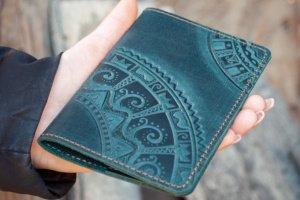 Робота Обложка для паспорта кожаная темно-зеленая с орнаментом