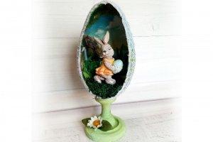 Робота Пасхальное яйцо на подставке с кроликом внутри