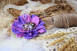 Робота Квітка брошка фіолетова на подарунок заколка у волосся