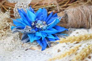 Робота Квітка брошка синя голубе на подарунок заколка у волосся
