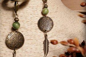 Робота Серьги с пером и зеленым камнем