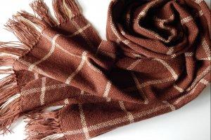 Тканий коричневий шарф в клітинку