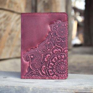 Робота Обложка на паспорт кожаная женская с орнаментом бордо