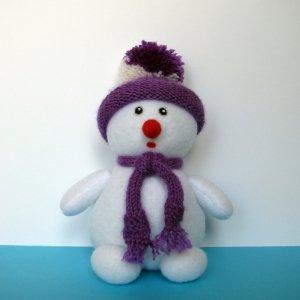 Снеговик в вязаной одежде