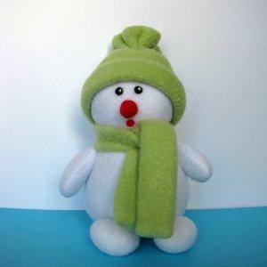 Снеговик в зеленой одежде