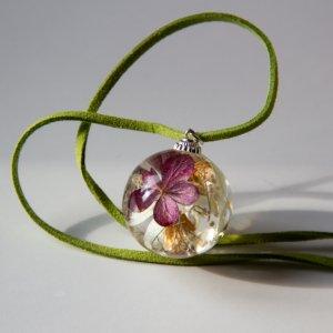 Робота Кулон из эпоксидной смолы с гортензией  двух цветов