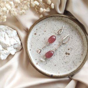 Срібні асиметричні сережки з натуральним полуничним кварцом
