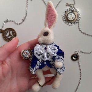 Брошка Білий кролик. Аліса в країні чудес брошка.