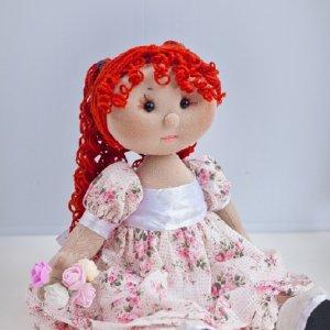 Тряпічная лялька ручної роботи з букетом