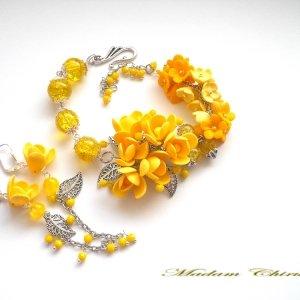 Желтый браслет с фрезиями и мимозой